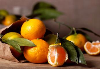 мандарины свежие лежат на столе фрукты