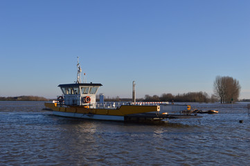 veerpont in de IJssel bij Dieren uit de vaart door hoogwater