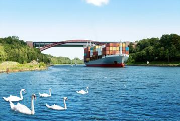 Nord-Ostsee-Kanal, Containerschiff passiert die Levensauer Hochbrücke in Schleswig-Holstein