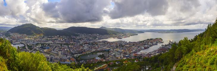 Vista de la ciudad desde el mirador del monte Floyen, en Noruega , verano de 2017