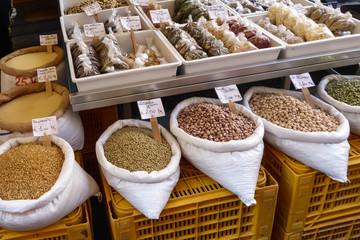 Markt in Catania Gewürze und Kräuter in Sizilien