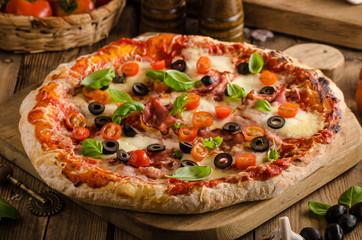 Foto auf AluDibond Lebensmittel Rustic pizza with tomato, cheese, salami