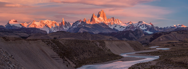 Fitz Roy mountain near El Chalten, in the Southern Patagonia, on the border between Argentina and Chile. Sunrise view Fototapete