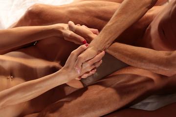 nacktes Paar reicht sich die Hände