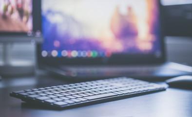Obraz Moderner Büroarbeitsplatz mit Designtastatur und Bildschirm, Textfreiraum - fototapety do salonu