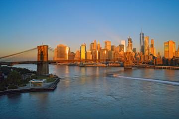 Fotobehang Amerikaanse Plekken Brooklyn Bridge at sunrise.