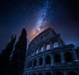 Photo sur Aluminium Rome Beautiful Colosseum in Rome at night and milky way, Italy