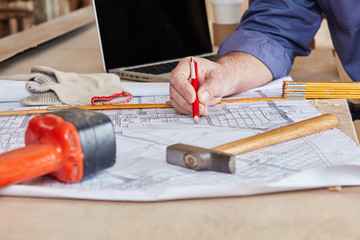 Bauplan und Werkzeug auf Werkbank