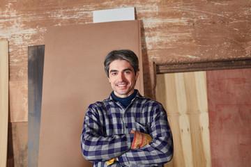 Mann als Holzarbeiter in Schreinerei