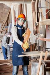 Kompetenter Schreiner arbeitet mit Holz