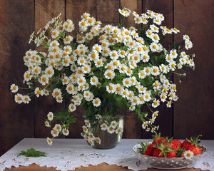 Bouquet of garden daisies and strawberries.