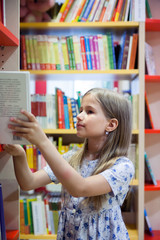 girl    visiting   library.