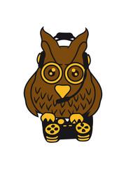 gamer zocken konsole controller spielen spaß headset steuern nerd geek böse ernst blick gesicht eule kauz uhu vogel nacht fliegen comic cartoon clipart