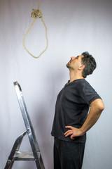 Selbstmordabsichten: Mann auf Leiter schaut  Strick an