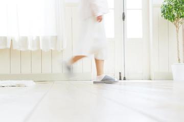暮らしのイメージ リビングを歩く女性