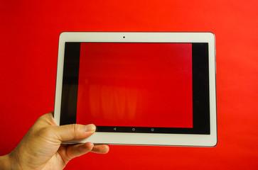 タブレットを操作する 赤色背景