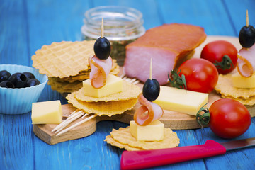 Spoed Fotobehang Voorgerecht Appetizer of canape from ham, cheese and black olives
