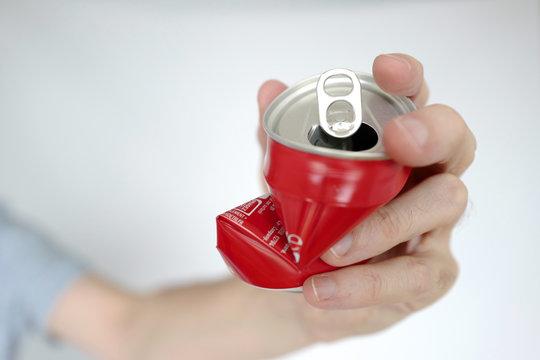 main et cannette de soda