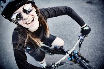 Frau, Bikerin mit ihrem Mountainbike auf der Straße