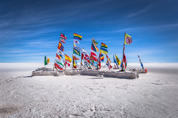 Photo sur Plexiglas Amérique du Sud Uyuni Salt Flats - July 20, 2017: Flags landmark at the Uyuni Salt Flats, Bolivia