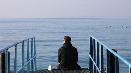 Hombre pensativo, relajado en el lago Leman, Suiza, Geneva Lake, Switzerland