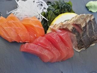 Premium Sushi Sashimi Fisch Gericht Lachs Thunfisch Makrele in Barcelona Spanien