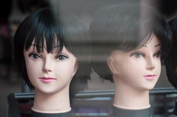 mannequins avec perruques en vitrine