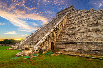Photo sur Plexiglas Mexique Kukulkan pyramid in Chichen Itza at sunset, Mexico