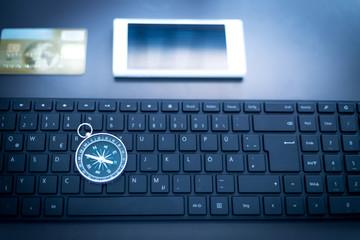 Arbeitsplatz eines Freelancers, Design Tastatur, Smartphone, Kompass und Kreditkarte