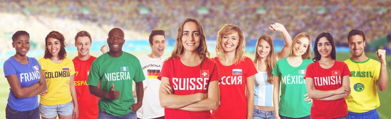 Schweizer Fussball Fan im Stadion mit Gruppe internationaler Fans