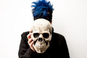 Mujer con calavera de halloween