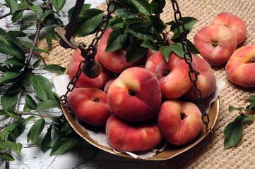 Prunus persica Platycarpa Pesca tabacchiera Saturn فاكهة Pexego chato Peach אפרסק פיתה 蟠桃 Platicarpa バントウ Paraguayo Piatta كعب الغزال