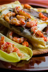 Pizza mit Chichoree, Flußkrebsen und Austernpilzen