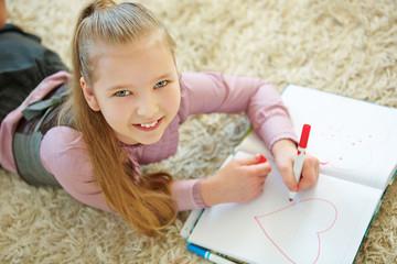 Mädchen malt rotes Herz