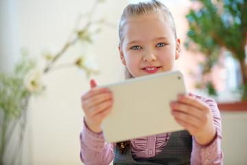 Kind beim Spielen mit Tablet Computer