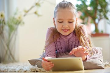 Kind beim Chatten im Internet mit Tablet PC
