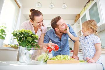 Familie will Salat essen in der Küche