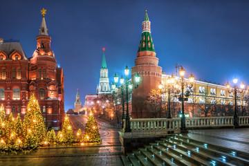 Новогодние украшенные ели на Манежной Площади в Москве у Кремля Christmas trees on the Manezhnaya Square