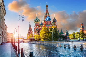 Собор Василия Блаженного на Красной Площади в Москве под утренним небом St. Basil's Cathedral  in the light of morning sunlight