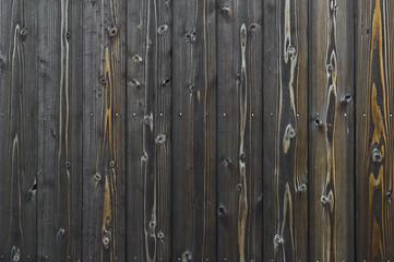 黒い杉板の壁面