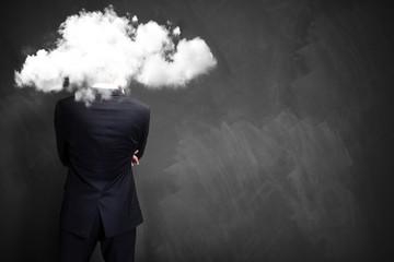 Geschäftsmann mit Kopf in einer Wolke