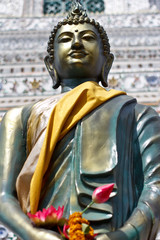 Statua budda con fiore di loto