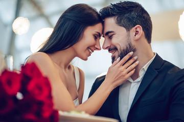 Romantic couple in restaurant Fototapete