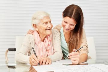 Mädchen und Seniorin lösen Rätsel zusammen