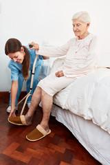 Behinderte Seniorin bekommt Hilfe beim aufstehen