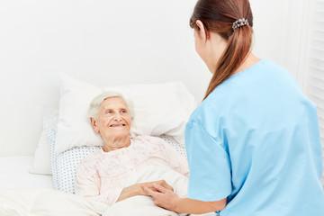 Alte Frau im Bett im Hospiz oder Pflegeheim