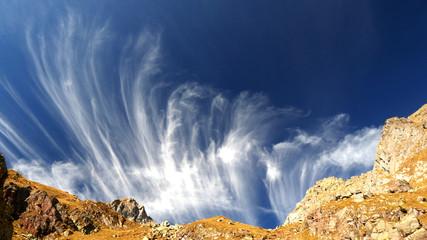 Angeliche nubi nel cielo azzurro