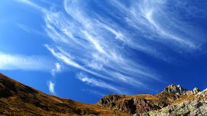 Nuvole angeliche nel cielo azzurro