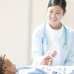 患者に体温計を渡す看護師