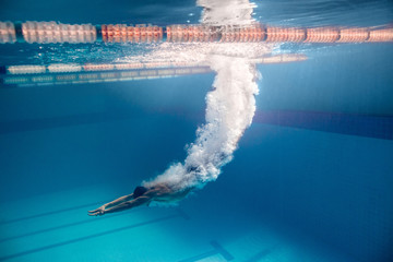 underwater picture of male swimmer swimming i swimming pool